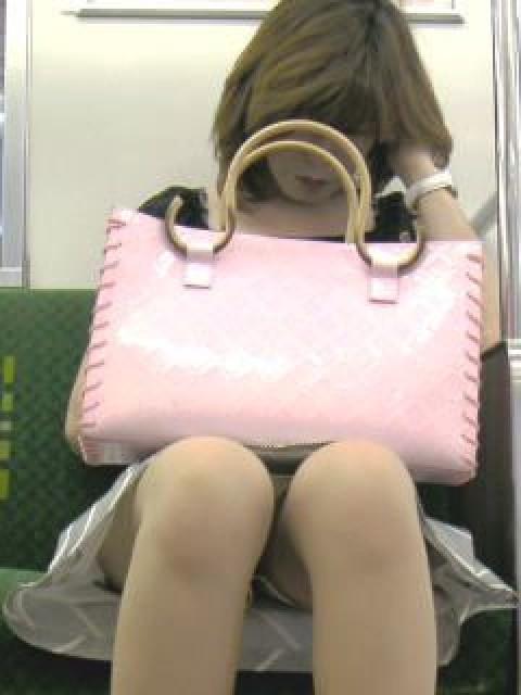 電車内でストッキングなお姉さんの太ももパンチラ盗撮画像 38枚 No.8
