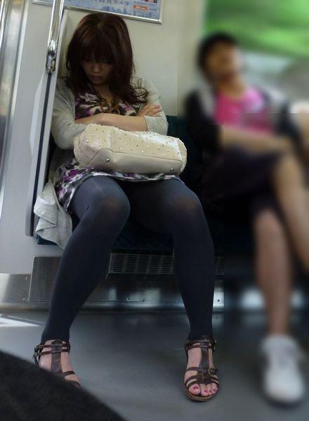 電車内でストッキングなお姉さんの太ももパンチラ盗撮画像 38枚 No.11