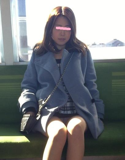 電車内でストッキングなお姉さんの太ももパンチラ盗撮画像 38枚 No.13