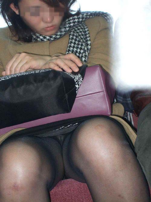 電車内でストッキングなお姉さんの太ももパンチラ盗撮画像 38枚 No.14