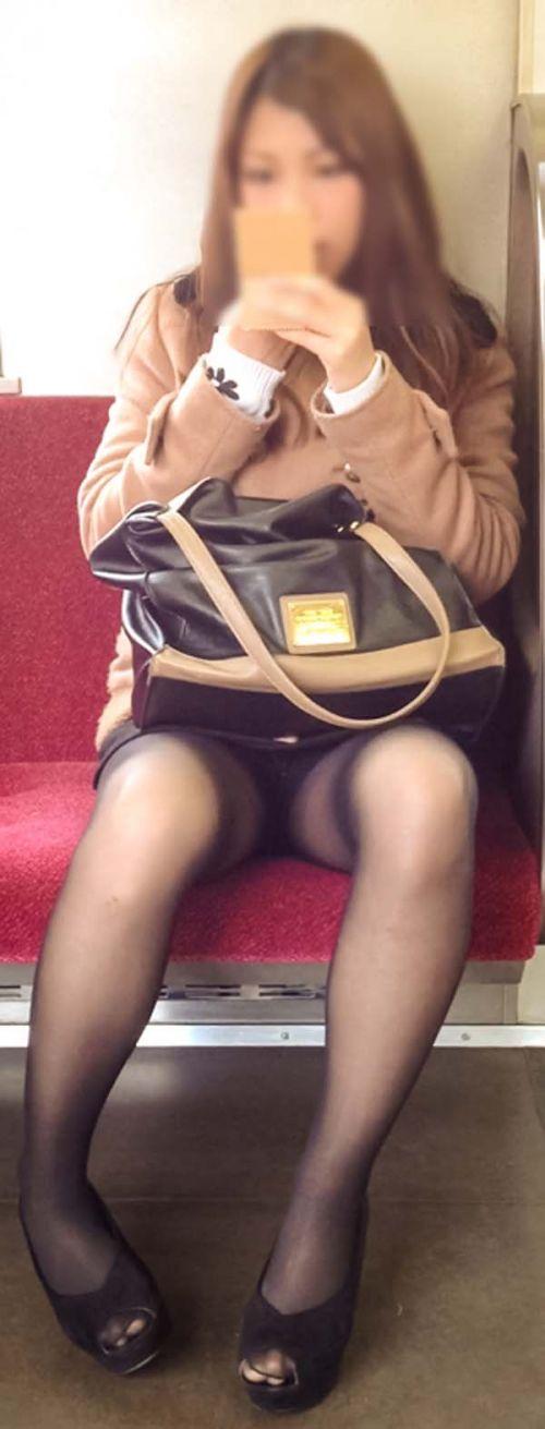 電車内でストッキングなお姉さんの太ももパンチラ盗撮画像 38枚 No.15