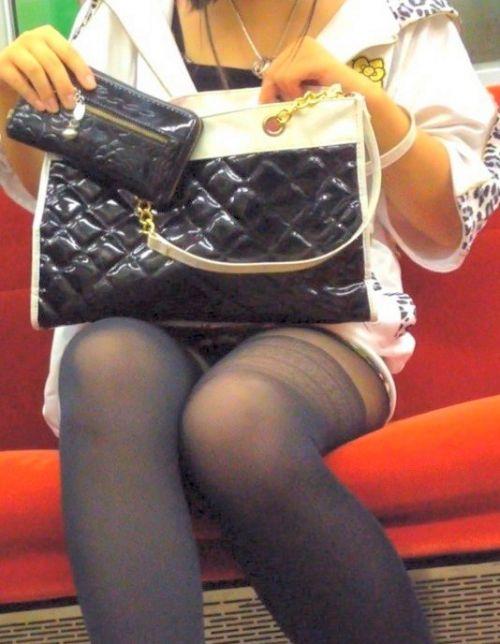 電車内でストッキングなお姉さんの太ももパンチラ盗撮画像 38枚 No.16