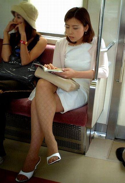 電車内でストッキングなお姉さんの太ももパンチラ盗撮画像 38枚 No.18