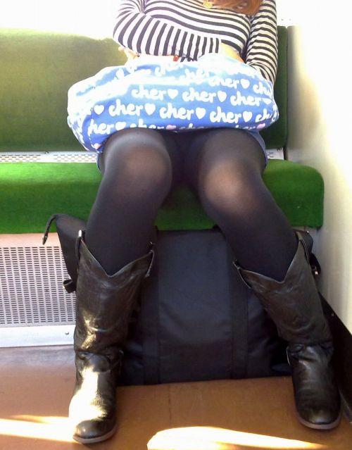 電車内でストッキングなお姉さんの太ももパンチラ盗撮画像 38枚 No.20