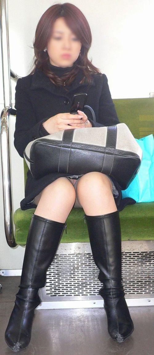 電車内でストッキングなお姉さんの太ももパンチラ盗撮画像 38枚 No.26