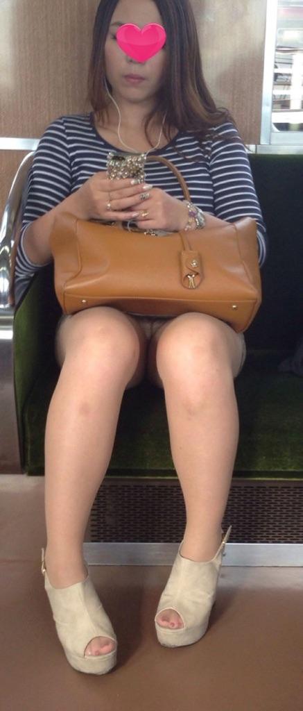 電車内でストッキングなお姉さんの太ももパンチラ盗撮画像 38枚 No.27