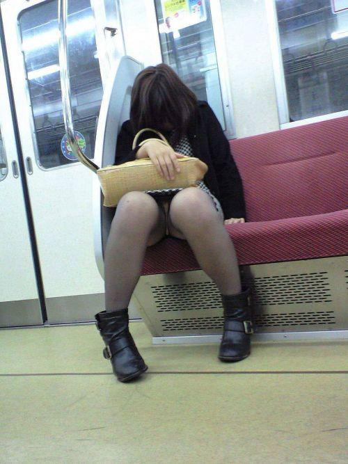 電車内でストッキングなお姉さんの太ももパンチラ盗撮画像 38枚 No.31