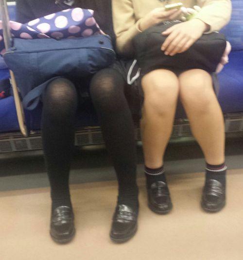電車内でストッキングなお姉さんの太ももパンチラ盗撮画像 38枚 No.32