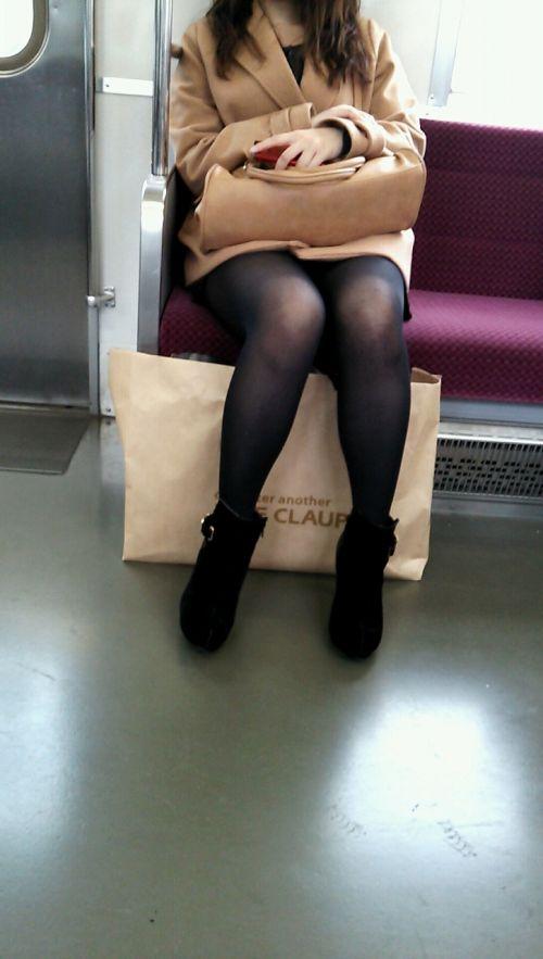 電車内でストッキングなお姉さんの太ももパンチラ盗撮画像 38枚 No.34