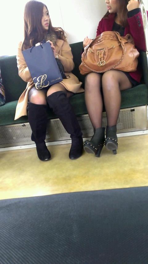 電車内でストッキングなお姉さんの太ももパンチラ盗撮画像 38枚 No.35
