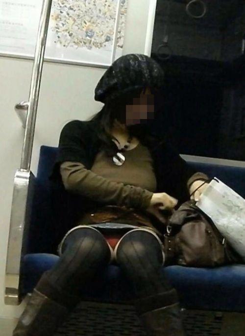 電車内でストッキングなお姉さんの太ももパンチラ盗撮画像 38枚 No.37