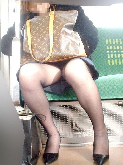 電車内でストッキングなお姉さんの太ももパンチラ盗撮画像 38枚 No.38