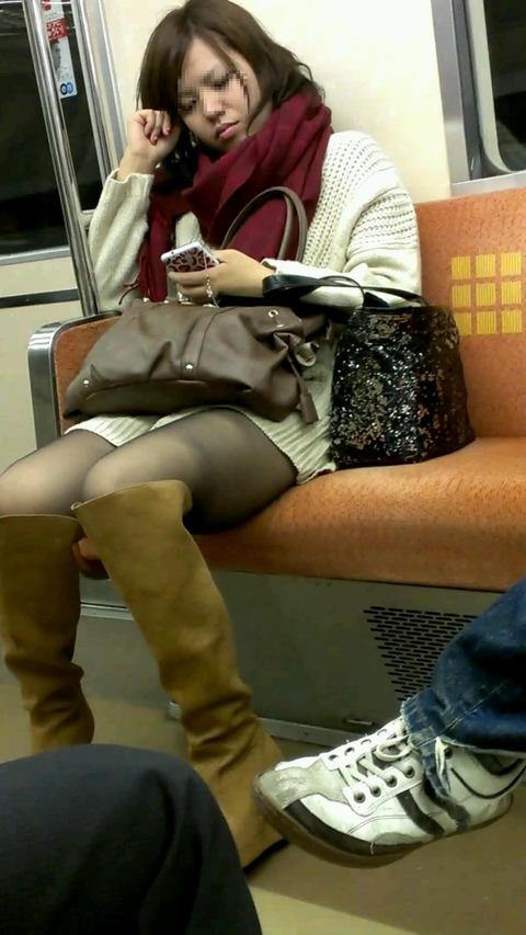 電車内で黒ストッキングや柄ストッキングなギャルを盗撮したエロ画像 35枚 No.6