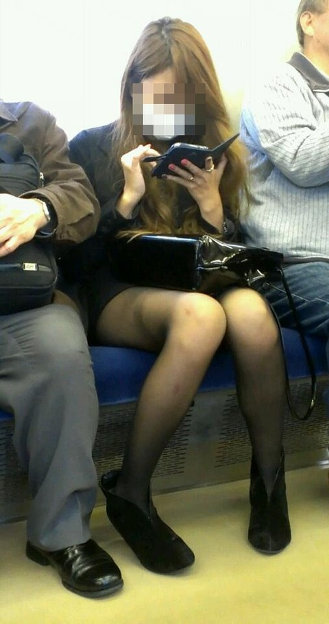 電車内で黒ストッキングや柄ストッキングなギャルを盗撮したエロ画像 35枚 No.8