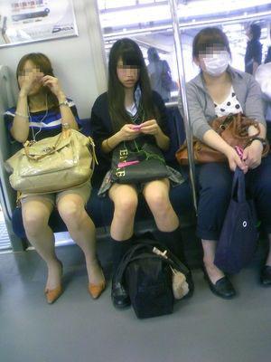 電車内で黒ストッキングや柄ストッキングなギャルを盗撮したエロ画像 35枚 No.10