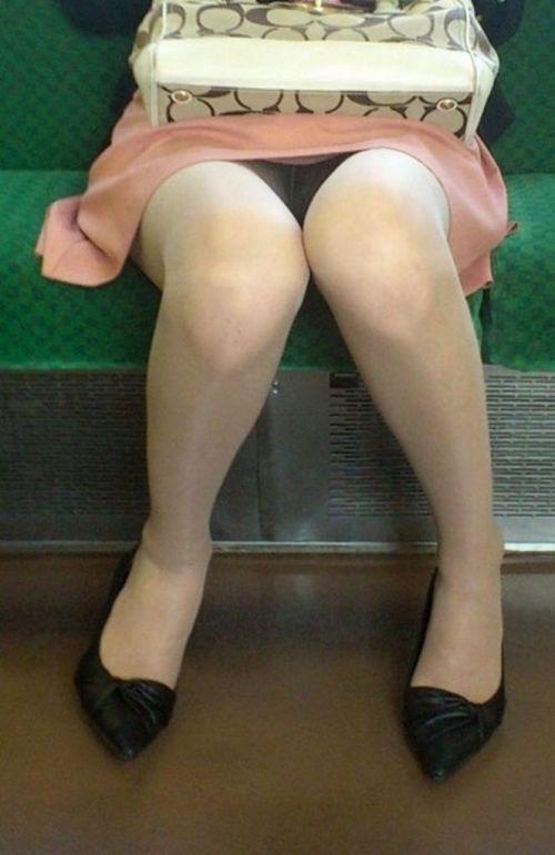 電車内で黒ストッキングや柄ストッキングなギャルを盗撮したエロ画像 35枚 No.11