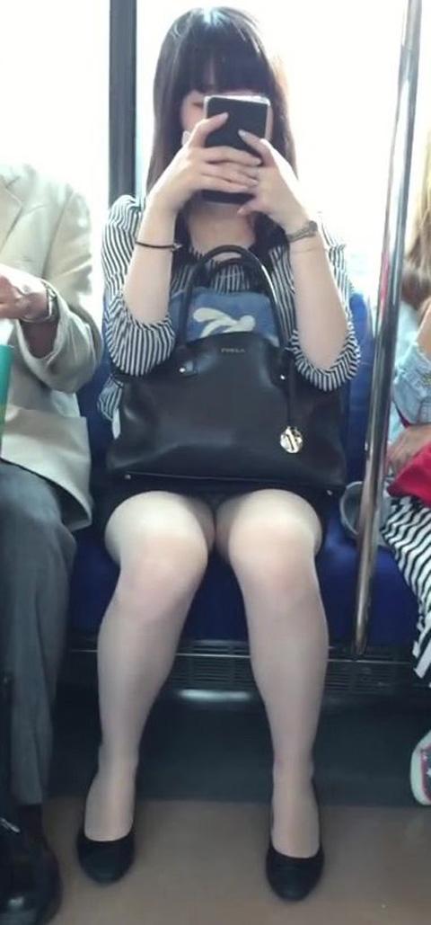 電車内で黒ストッキングや柄ストッキングなギャルを盗撮したエロ画像 35枚 No.13