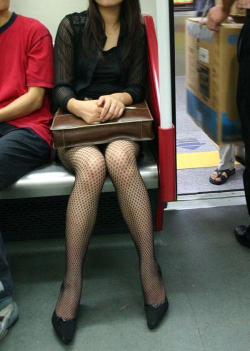 電車内で黒ストッキングや柄ストッキングなギャルを盗撮したエロ画像 35枚 No.14