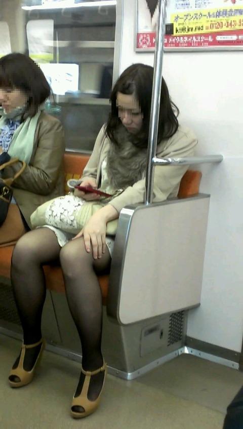 電車内で黒ストッキングや柄ストッキングなギャルを盗撮したエロ画像 35枚 No.15