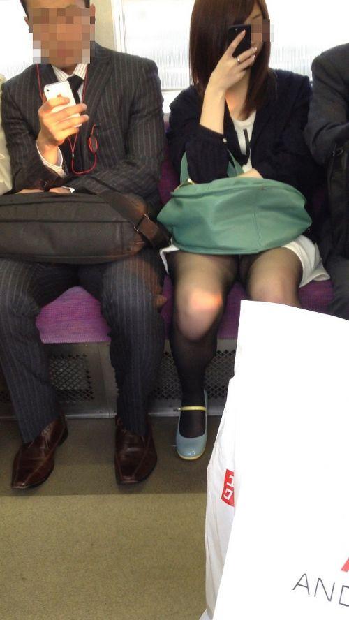 電車内で黒ストッキングや柄ストッキングなギャルを盗撮したエロ画像 35枚 No.17