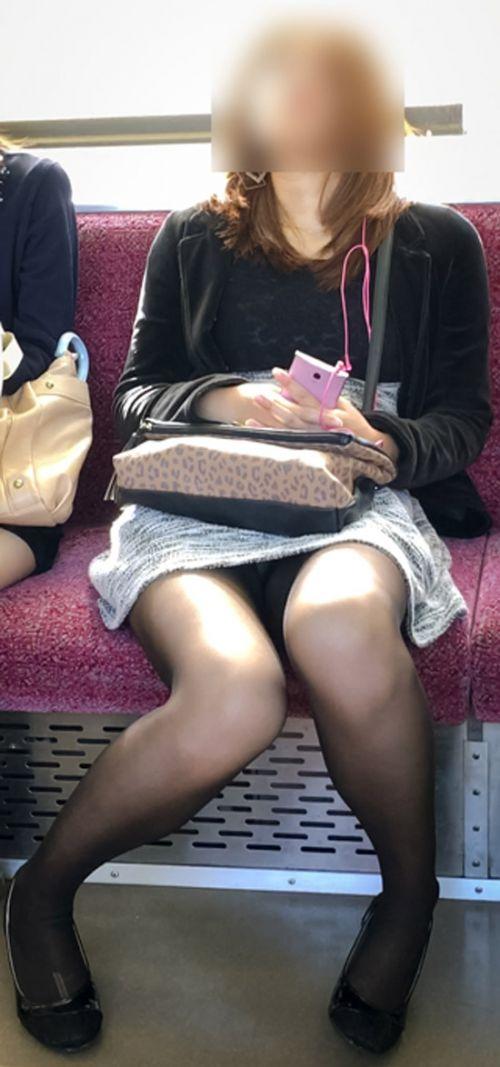 電車内で黒ストッキングや柄ストッキングなギャルを盗撮したエロ画像 35枚 No.18