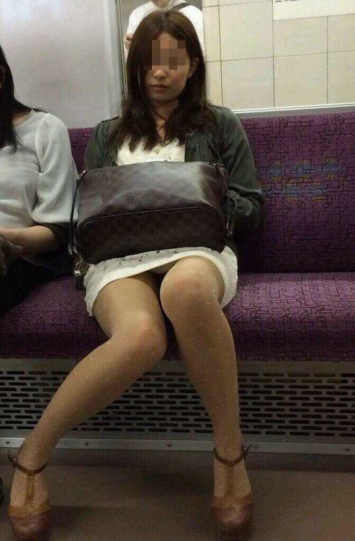 電車内で黒ストッキングや柄ストッキングなギャルを盗撮したエロ画像 35枚 No.19