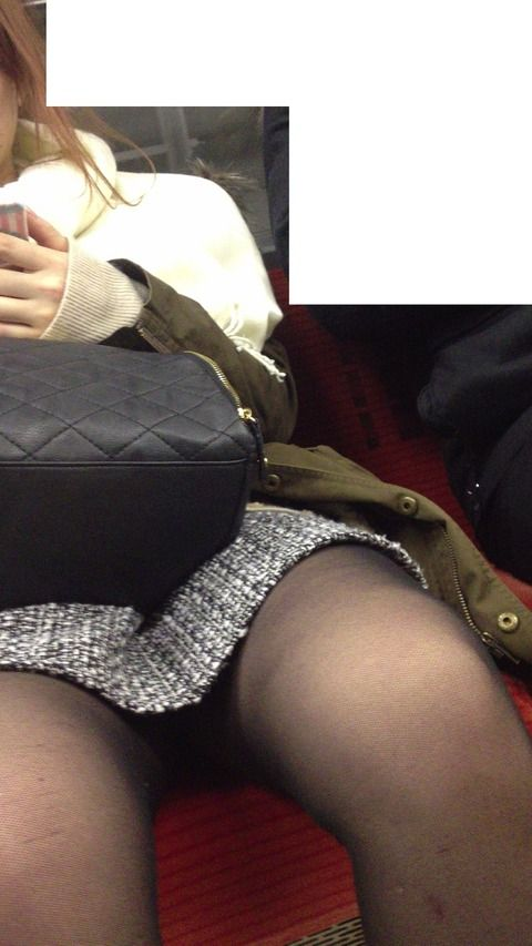 電車内で黒ストッキングや柄ストッキングなギャルを盗撮したエロ画像 35枚 No.20