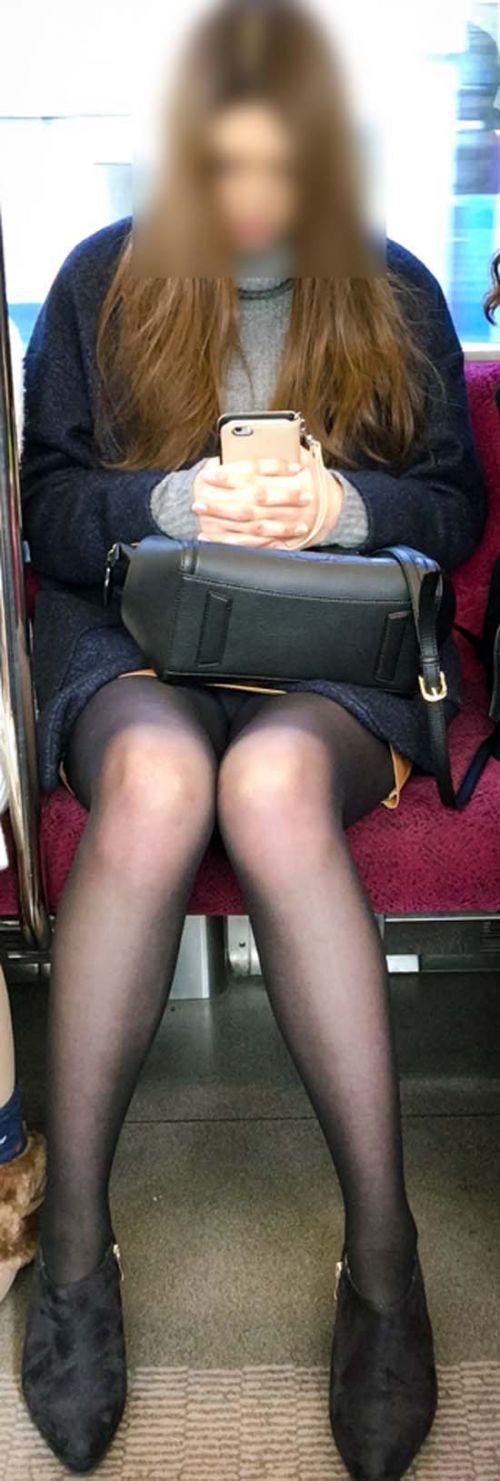 電車内で黒ストッキングや柄ストッキングなギャルを盗撮したエロ画像 35枚 No.21