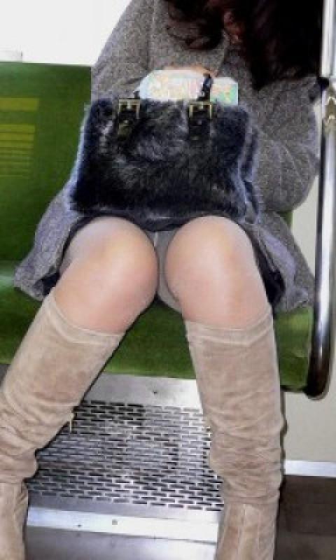 電車内で黒ストッキングや柄ストッキングなギャルを盗撮したエロ画像 35枚 No.26