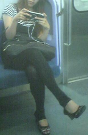 電車内で黒ストッキングや柄ストッキングなギャルを盗撮したエロ画像 35枚 No.28