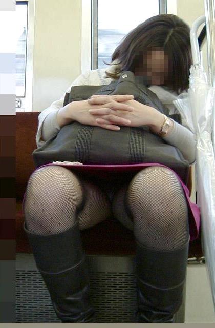 電車内で黒ストッキングや柄ストッキングなギャルを盗撮したエロ画像 35枚 No.31
