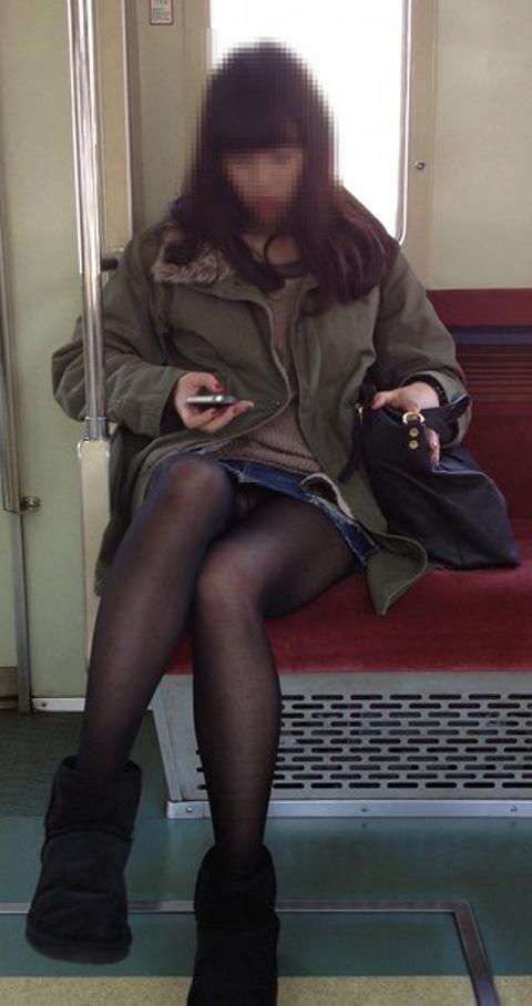 電車内で黒ストッキングや柄ストッキングなギャルを盗撮したエロ画像 35枚 No.35