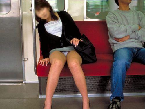 電車内で素人がデルタゾーンパンチラやパンモロしてる盗撮画像 39枚 No.1