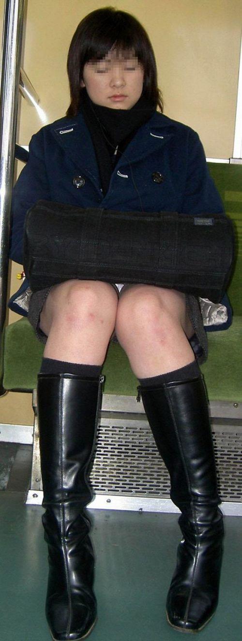 電車内で素人がデルタゾーンパンチラやパンモロしてる盗撮画像 39枚 No.6