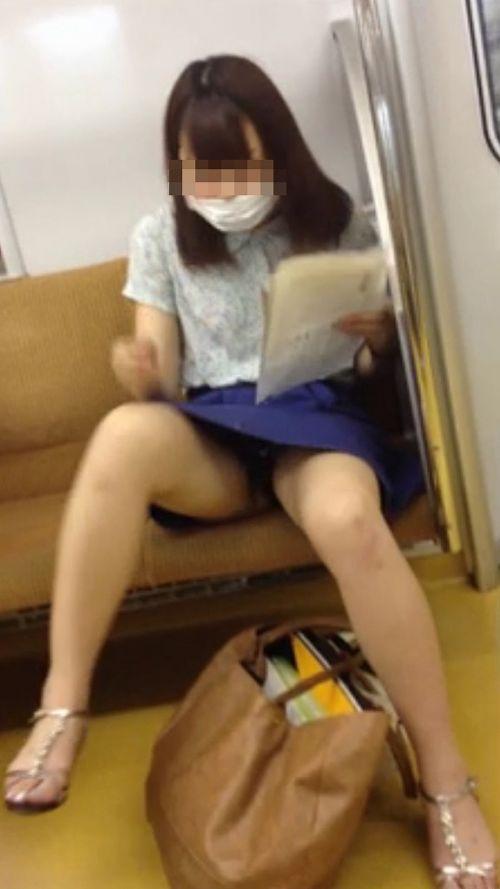 電車内で素人がデルタゾーンパンチラやパンモロしてる盗撮画像 39枚 No.7