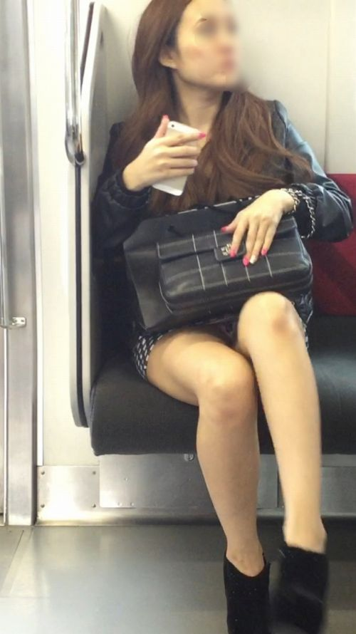電車内で素人がデルタゾーンパンチラやパンモロしてる盗撮画像 39枚 No.11