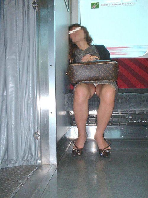 電車内で素人がデルタゾーンパンチラやパンモロしてる盗撮画像 39枚 No.14