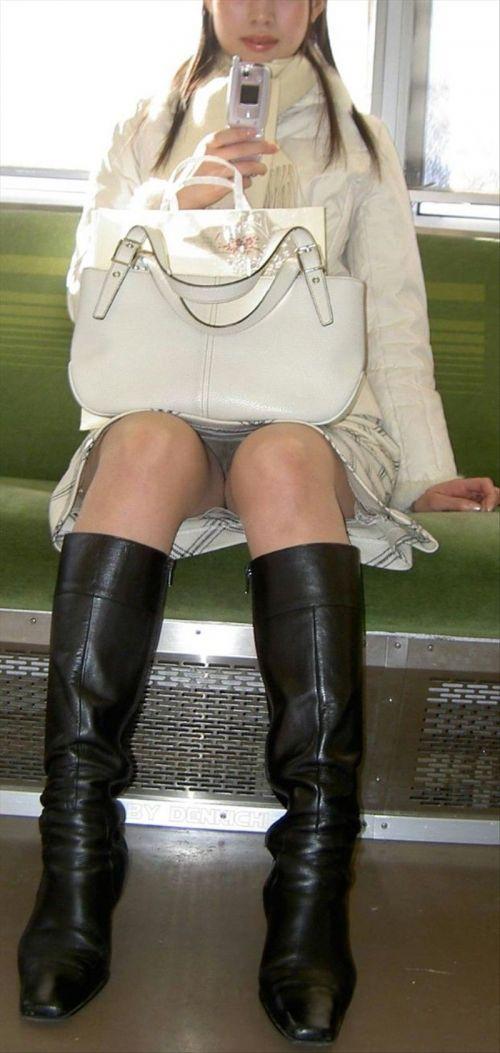 電車内で素人がデルタゾーンパンチラやパンモロしてる盗撮画像 39枚 No.15