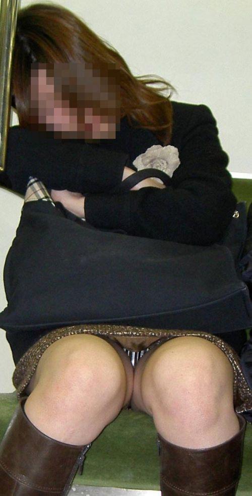 電車内で素人がデルタゾーンパンチラやパンモロしてる盗撮画像 39枚 No.18
