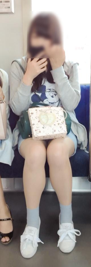 電車内で素人がデルタゾーンパンチラやパンモロしてる盗撮画像 39枚 No.22