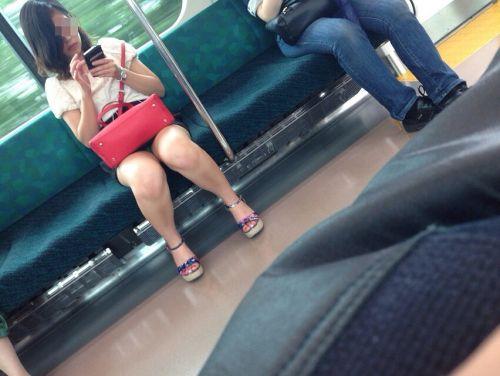 電車内で素人がデルタゾーンパンチラやパンモロしてる盗撮画像 39枚 No.24