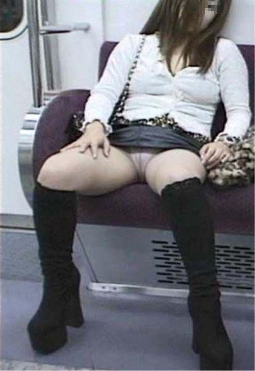 電車内で素人がデルタゾーンパンチラやパンモロしてる盗撮画像 39枚 No.26
