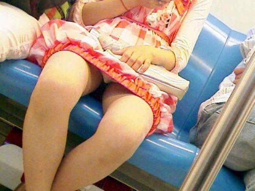 電車内で素人がデルタゾーンパンチラやパンモロしてる盗撮画像 39枚 No.28
