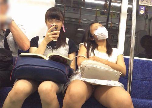 電車内で素人がデルタゾーンパンチラやパンモロしてる盗撮画像 39枚 No.29