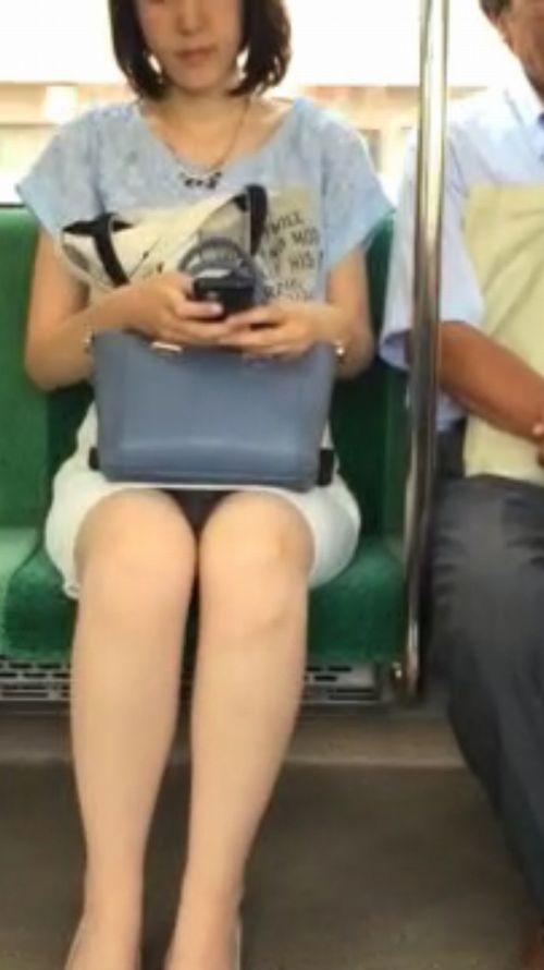 電車内で素人がデルタゾーンパンチラやパンモロしてる盗撮画像 39枚 No.30