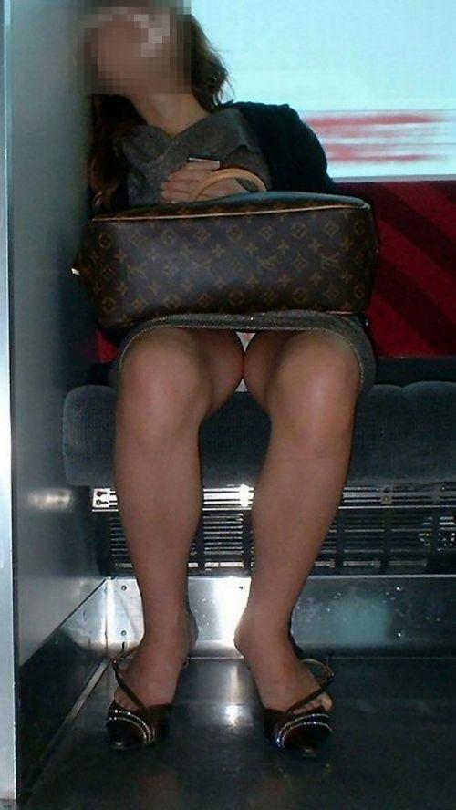 電車内で素人がデルタゾーンパンチラやパンモロしてる盗撮画像 39枚 No.37