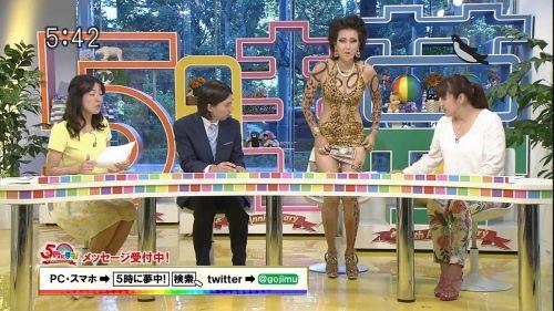 岡本夏生がTVでケツを丸出しにしちゃう破天荒熟女のエロ画像 126枚 No.36
