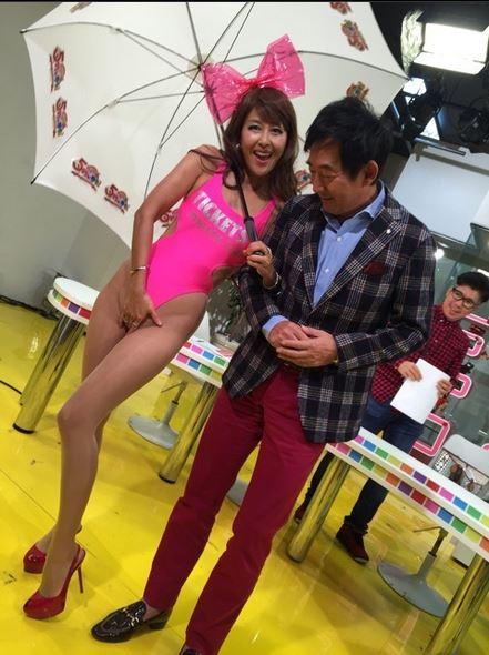岡本夏生がTVでケツを丸出しにしちゃう破天荒熟女のエロ画像 126枚 No.118