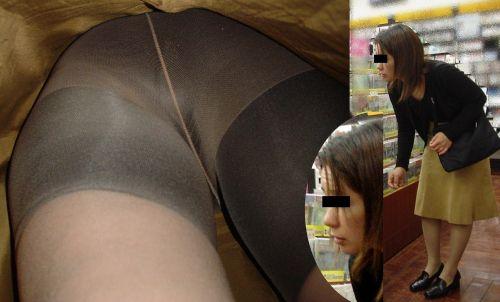真面目そうな熟女がベージュのストッキングを履いた逆さ撮り盗撮画像 33枚 No.3