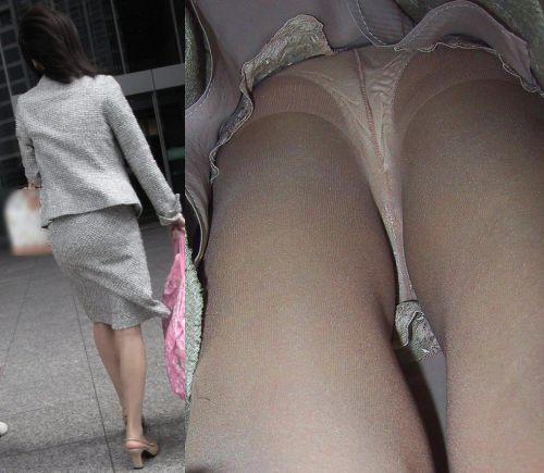 真面目そうな熟女がベージュのストッキングを履いた逆さ撮り盗撮画像 33枚 No.12